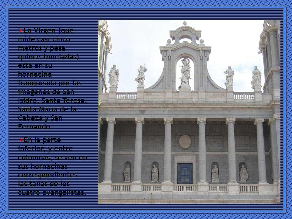 La Virgen (que mide casi cinco metros y pesa quince toneladas) está en su hornacina franqueada por las imágenes de San Isidro, Santa Teresa, Santa María de la Cabeza y San Fernando.