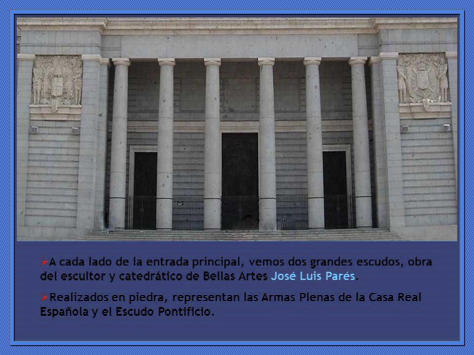 A cada lado de la entrada principal, vemos dos grandes escudos, obra del escultor y catedrático de Bellas Artes José Luis Parés.