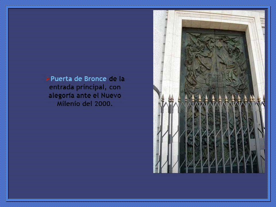 Puerta de Bronce de la entrada principal, con alegoría ante el Nuevo Milenio del 2000.