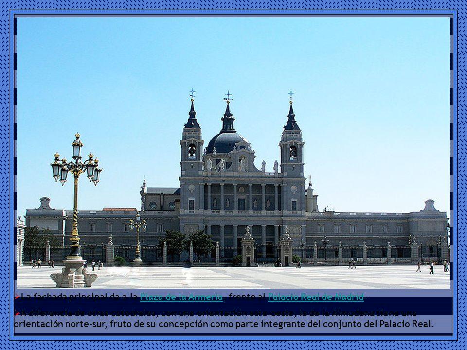 La fachada principal da a la Plaza de la Armería, frente al Palacio Real de Madrid.
