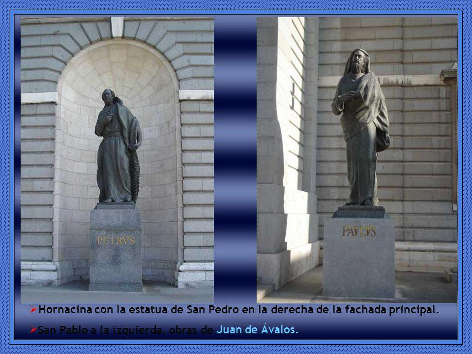 Hornacina con la estatua de San Pedro en la derecha de la fachada principal.