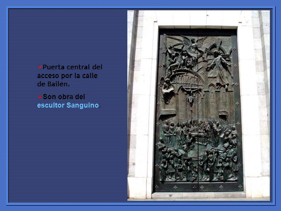 Puerta central del acceso por la calle de Bailén.