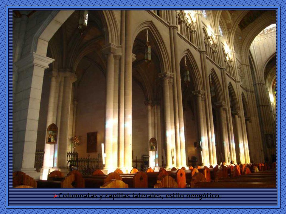 Columnatas y capillas laterales, estilo neogótico.