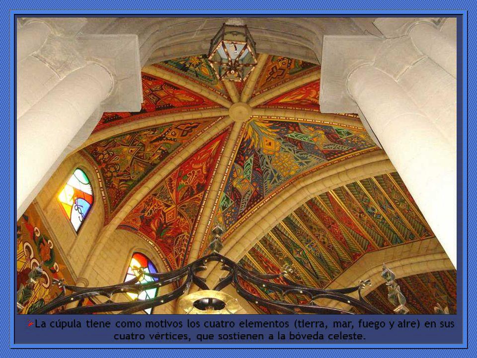 La cúpula tiene como motivos los cuatro elementos (tierra, mar, fuego y aire) en sus cuatro vértices, que sostienen a la bóveda celeste.