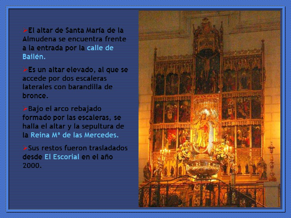 El altar de Santa María de la Almudena se encuentra frente a la entrada por la calle de Bailén.