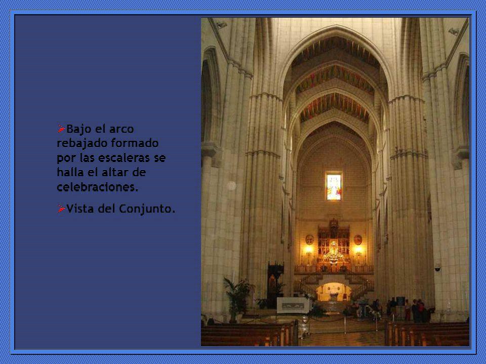 Bajo el arco rebajado formado por las escaleras se halla el altar de celebraciones.