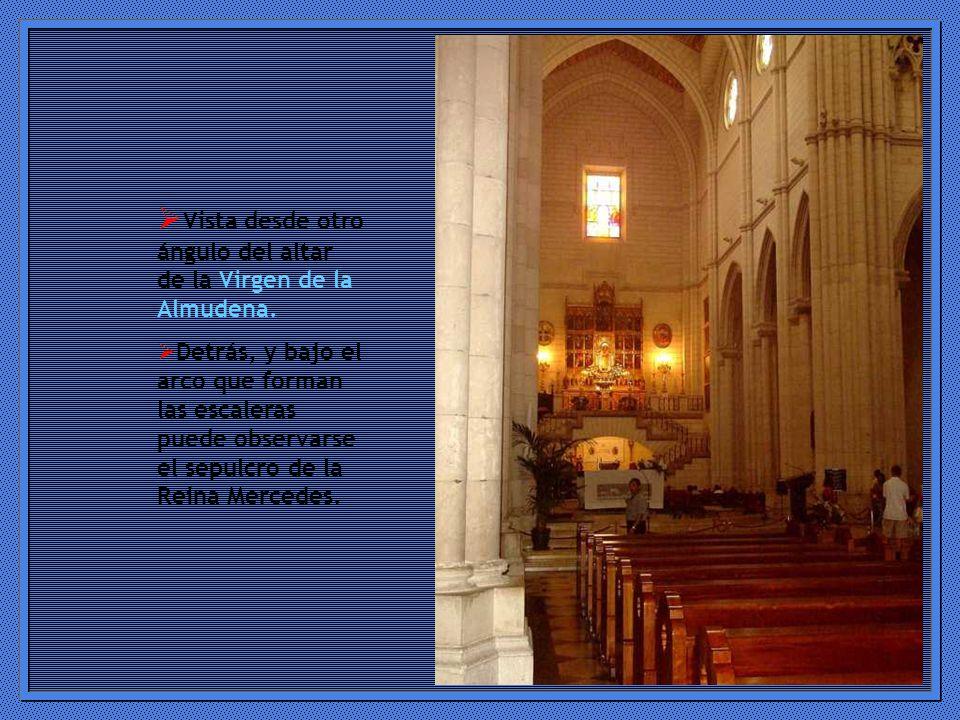 Vista desde otro ángulo del altar de la Virgen de la Almudena.