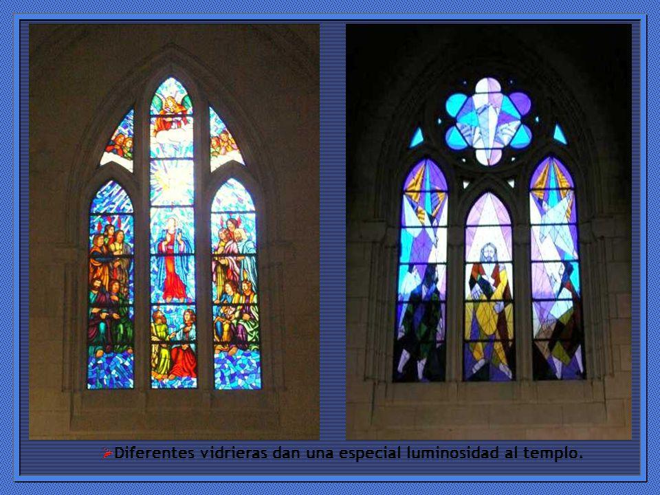Diferentes vidrieras dan una especial luminosidad al templo.