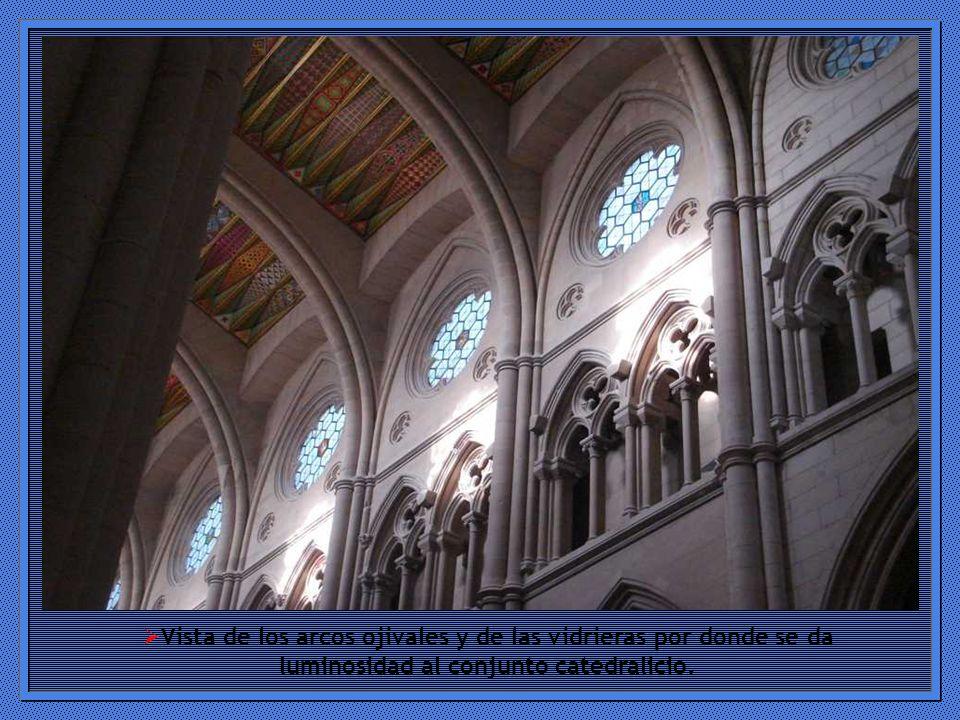 Vista de los arcos ojivales y de las vidrieras por donde se da luminosidad al conjunto catedralicio.
