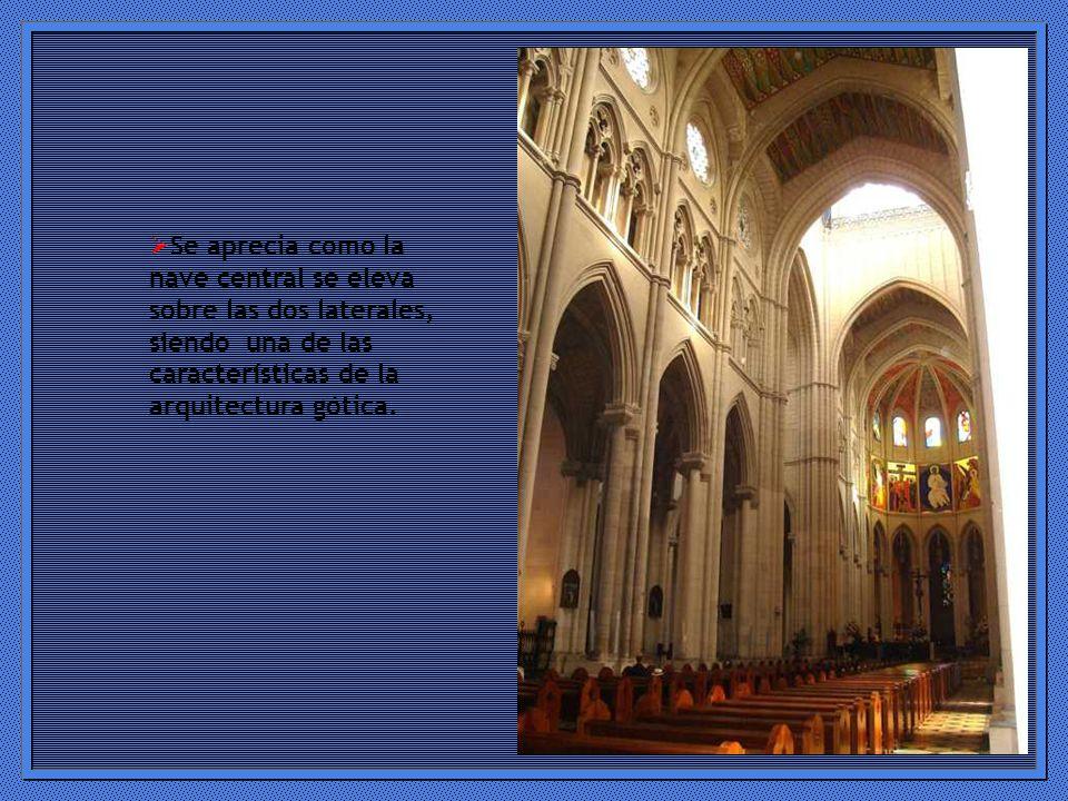 Se aprecia como la nave central se eleva sobre las dos laterales, siendo una de las características de la arquitectura gótica.