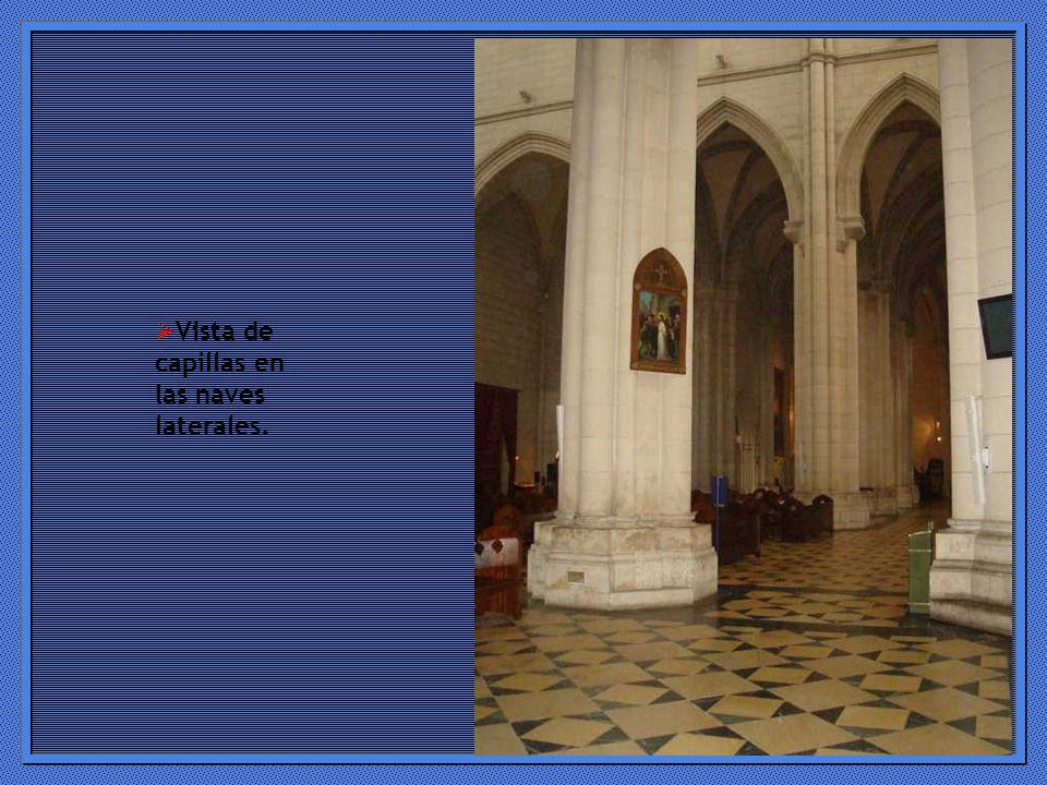Vista de capillas en las naves laterales.