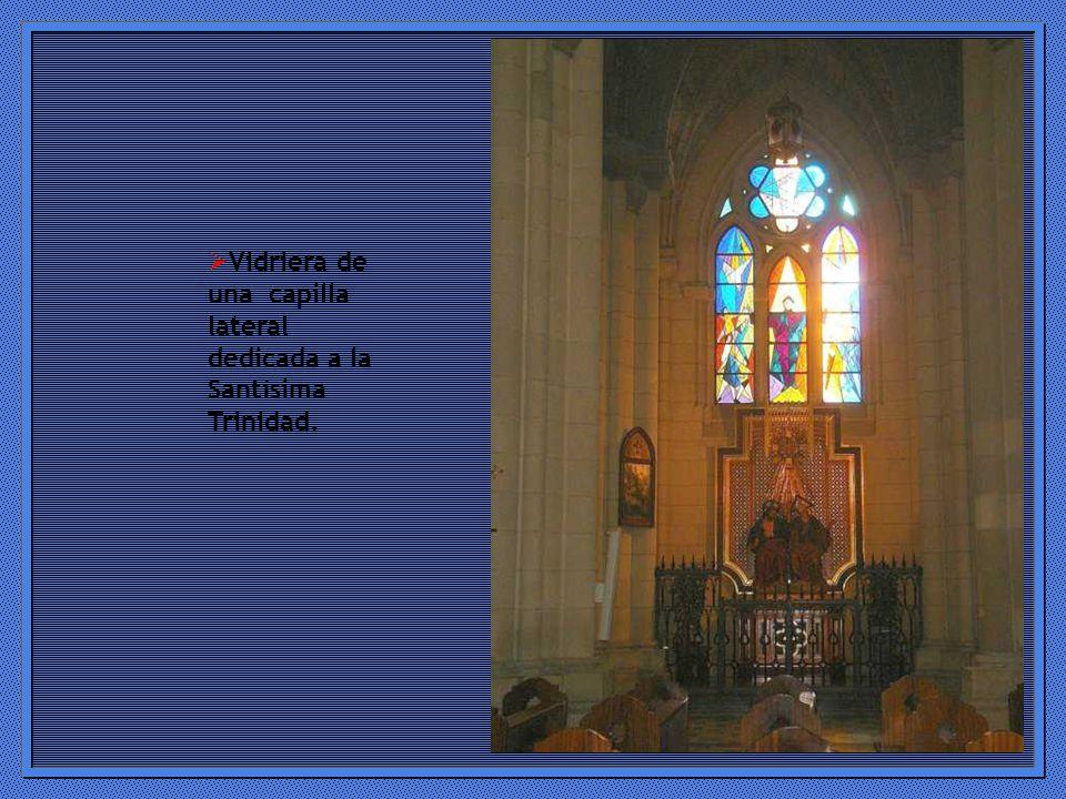 Vidriera de una capilla lateral dedicada a la Santísima Trinidad.