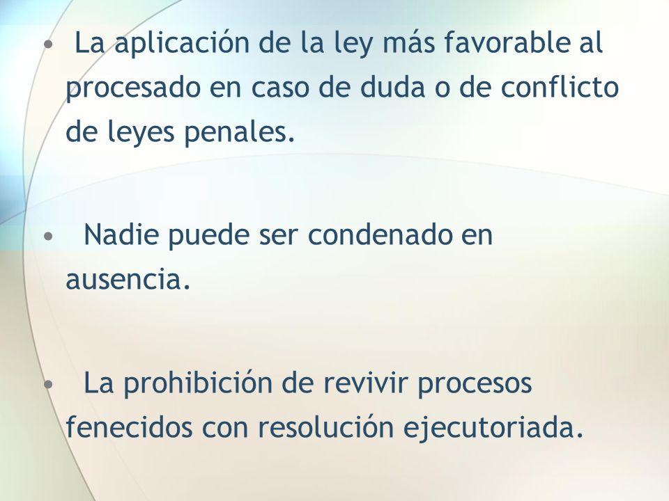 La aplicación de la ley más favorable al procesado en caso de duda o de conflicto de leyes penales.