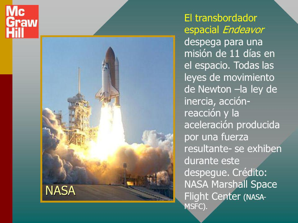 El transbordador espacial Endeavor despega para una misión de 11 días en el espacio. Todas las leyes de movimiento de Newton –la ley de inercia, acción-reacción y la aceleración producida por una fuerza resultante- se exhiben durante este despegue. Crédito: NASA Marshall Space Flight Center (NASA-MSFC).