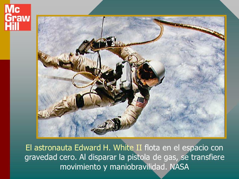 El astronauta Edward H. White II flota en el espacio con gravedad cero