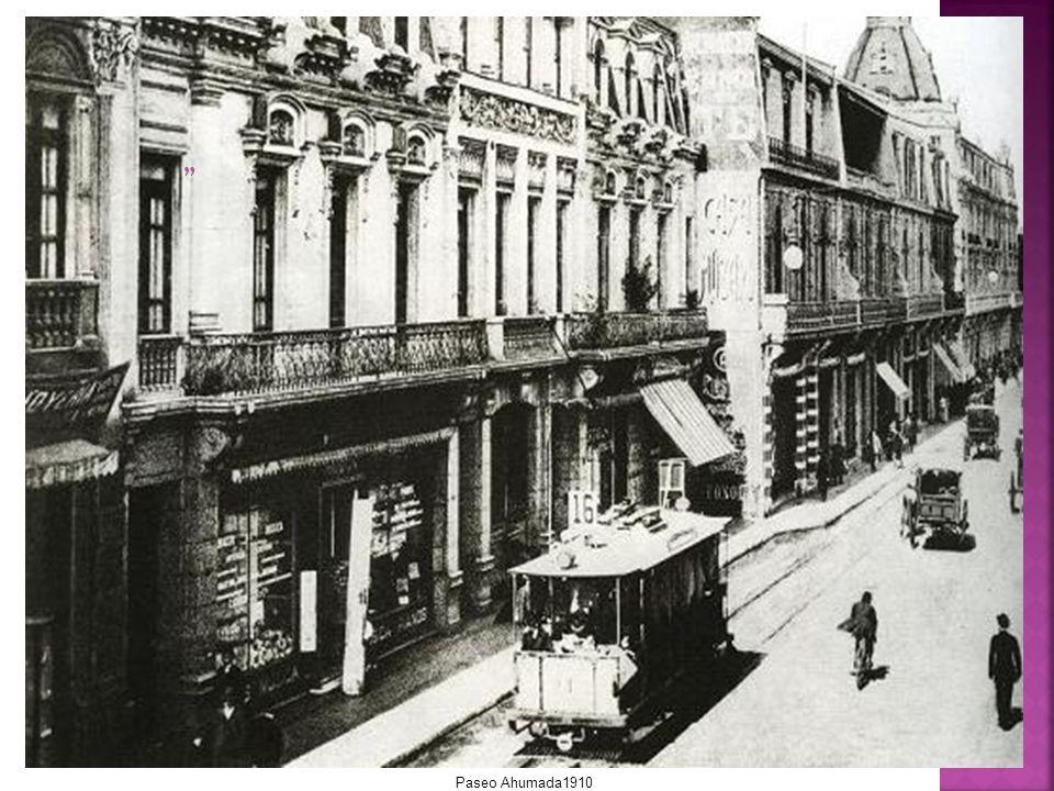 Este paseo ha sido la principal arteria comercial de Santiago desde tiempos de la Colonia.
