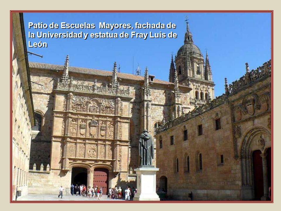 Patio de Escuelas Mayores, fachada de la Universidad y estatua de Fray Luis de León