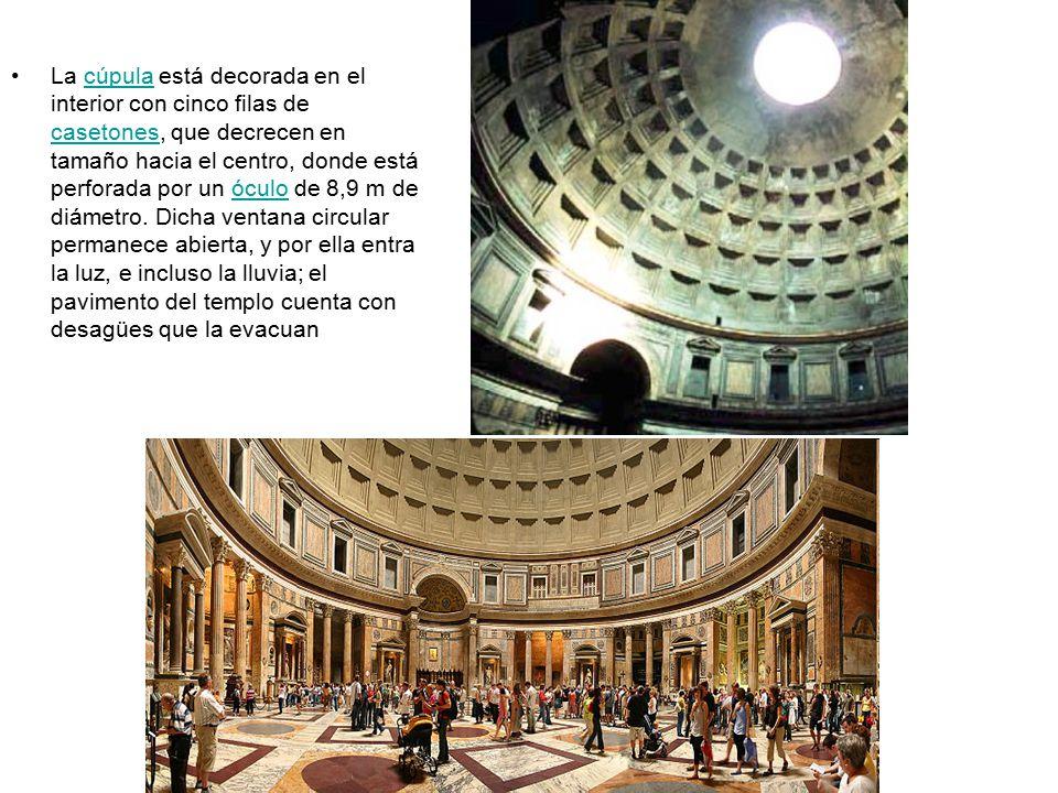 La cúpula está decorada en el interior con cinco filas de casetones, que decrecen en tamaño hacia el centro, donde está perforada por un óculo de 8,9 m de diámetro.
