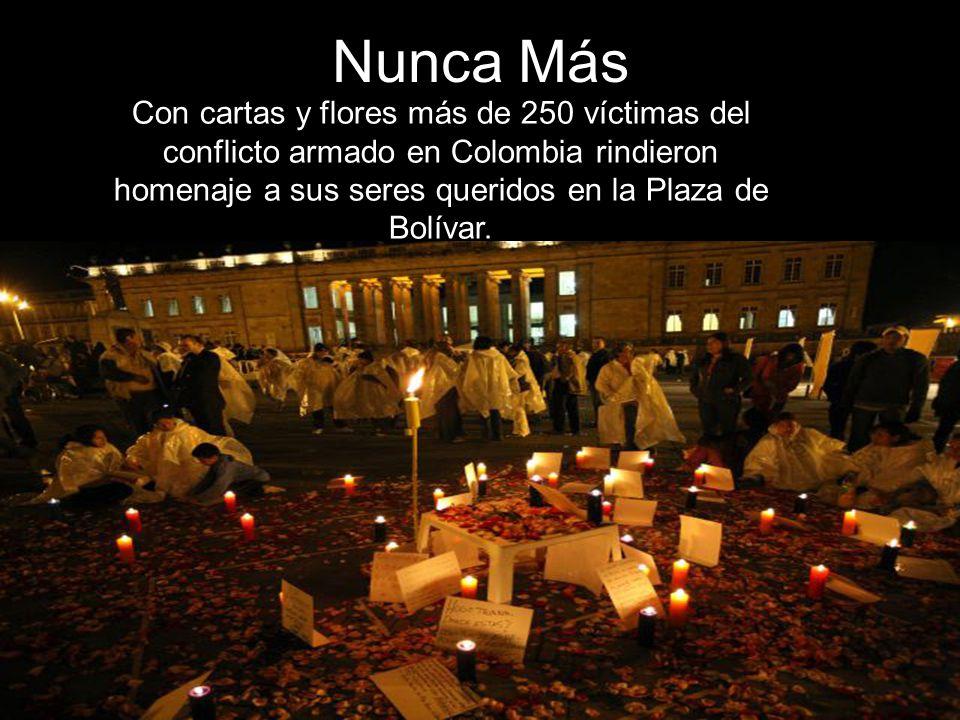 Nunca Más Con cartas y flores más de 250 víctimas del conflicto armado en Colombia rindieron homenaje a sus seres queridos en la Plaza de Bolívar.