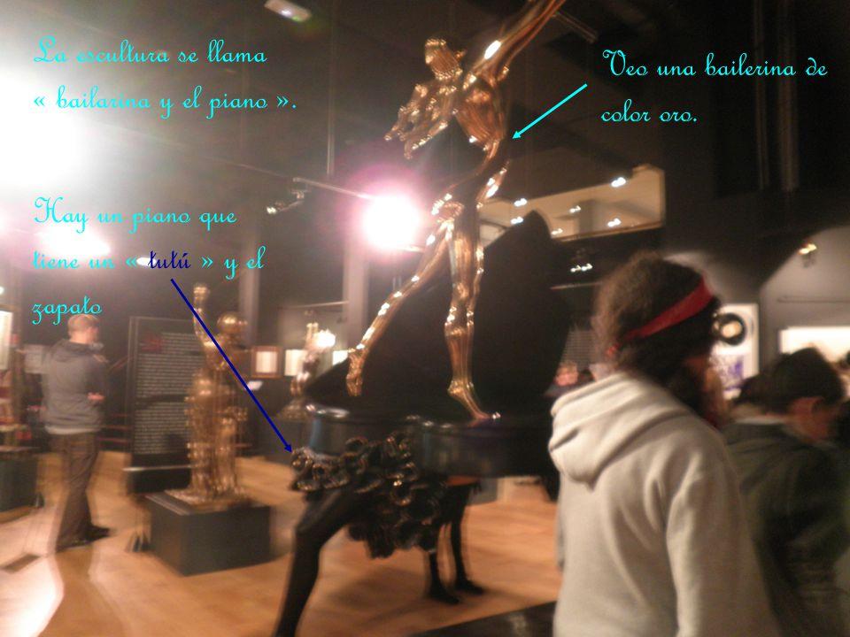 La escultura se llama « bailarina y el piano ».
