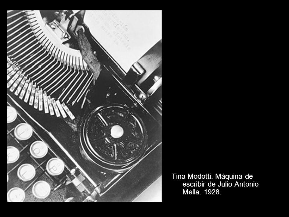 Tina Modotti. Máquina de escribir de Julio Antonio Mella. 1928.