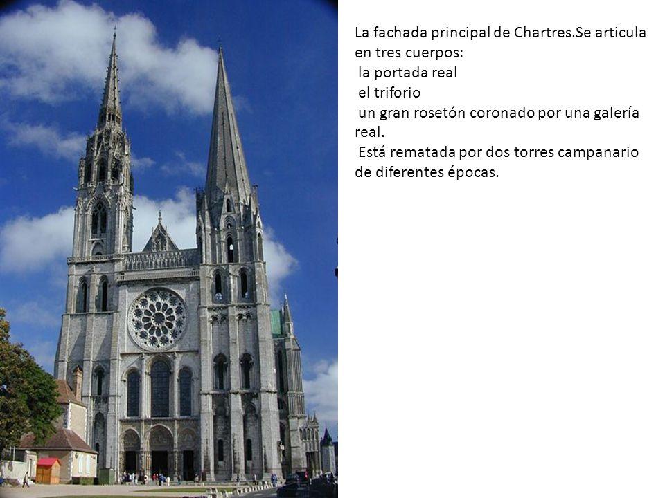 La fachada principal de Chartres.Se articula en tres cuerpos: