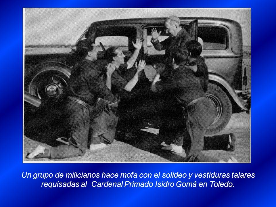 Un grupo de milicianos hace mofa con el solideo y vestiduras talares requisadas al Cardenal Primado Isidro Gomá en Toledo.