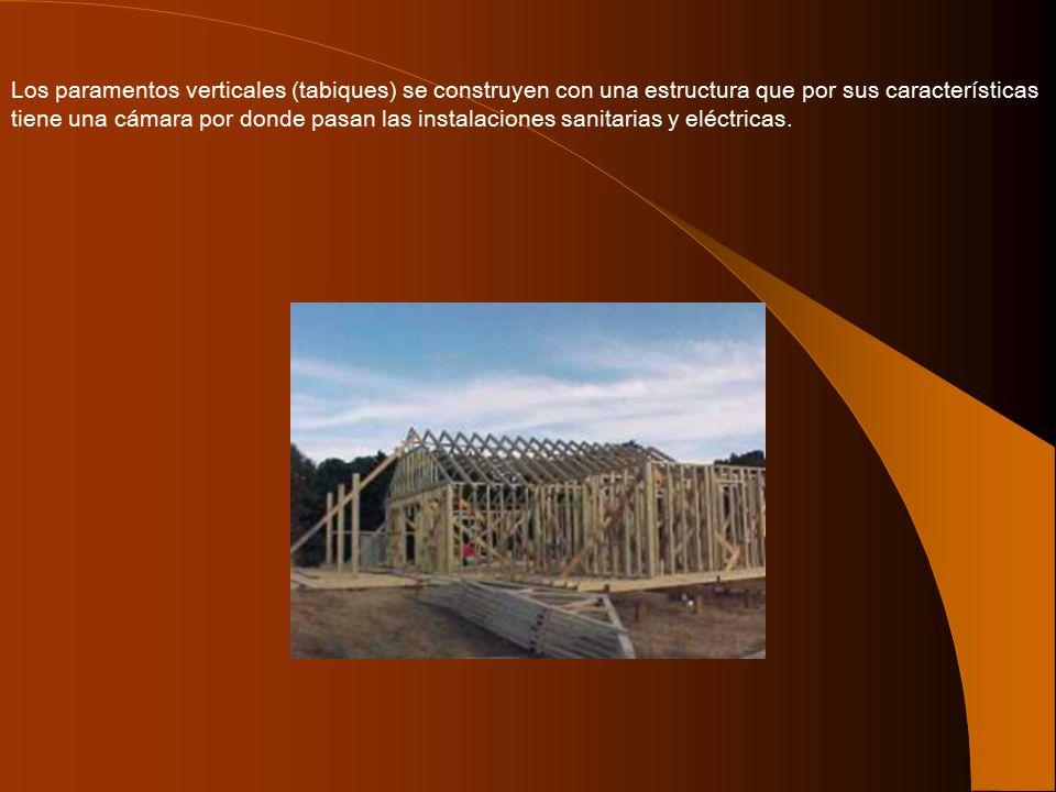 Los paramentos verticales (tabiques) se construyen con una estructura que por sus características tiene una cámara por donde pasan las instalaciones sanitarias y eléctricas.