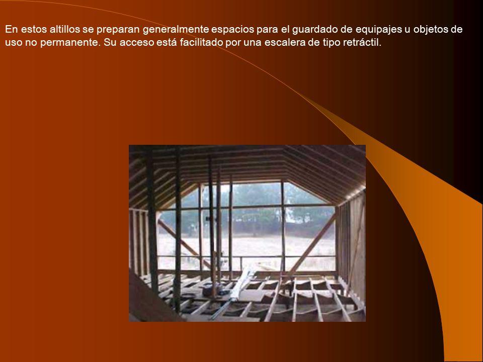 En estos altillos se preparan generalmente espacios para el guardado de equipajes u objetos de uso no permanente.