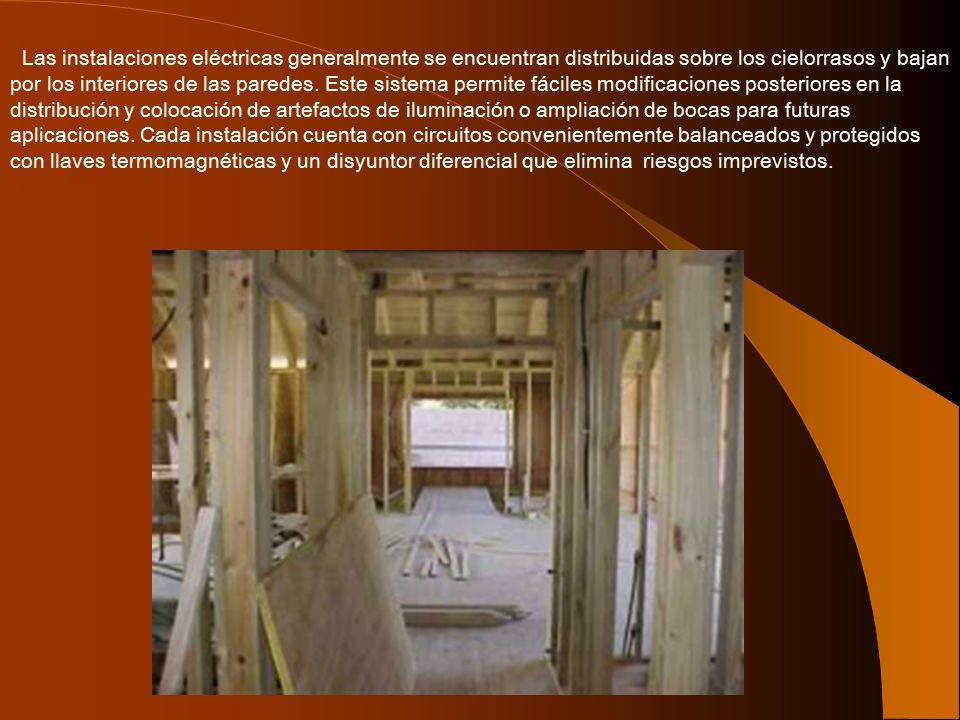 Las instalaciones eléctricas generalmente se encuentran distribuidas sobre los cielorrasos y bajan por los interiores de las paredes.