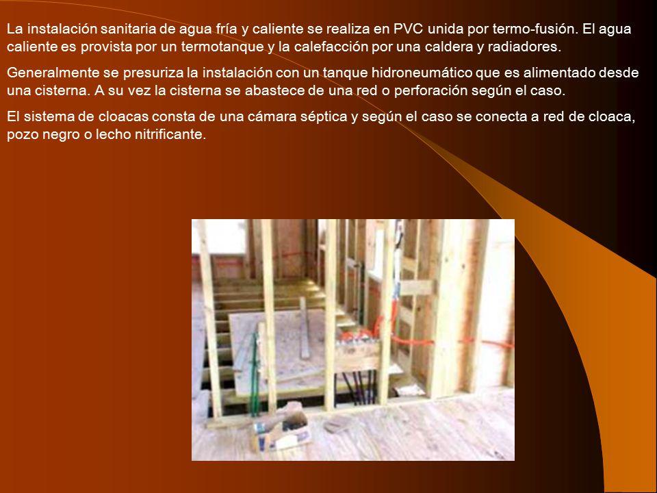 La instalación sanitaria de agua fría y caliente se realiza en PVC unida por termo-fusión. El agua caliente es provista por un termotanque y la calefacción por una caldera y radiadores.