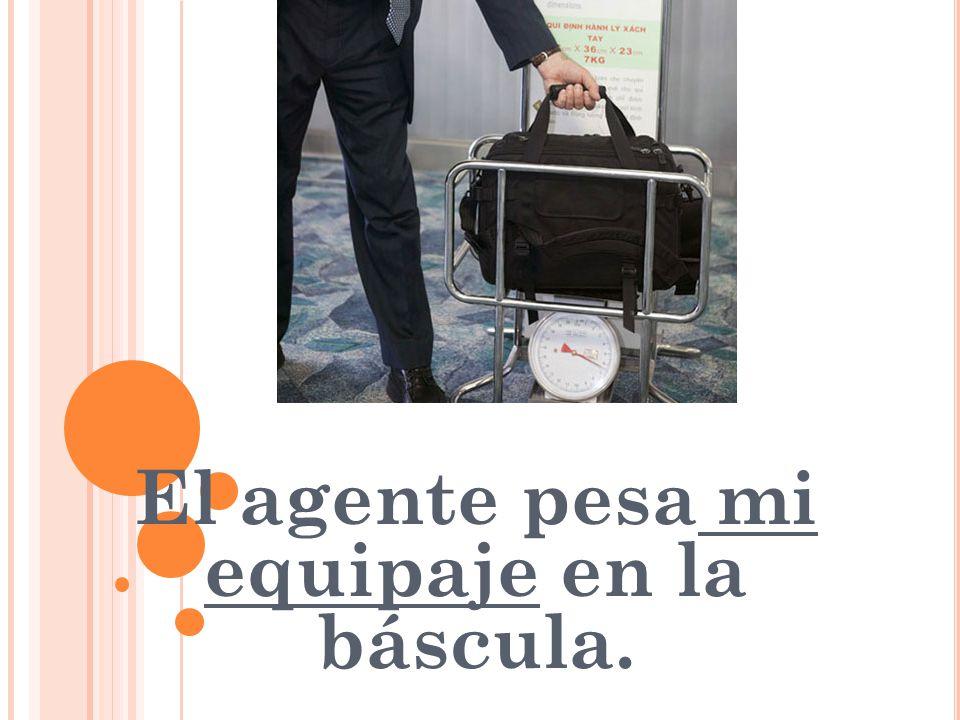 El agente pesa mi equipaje en la báscula.