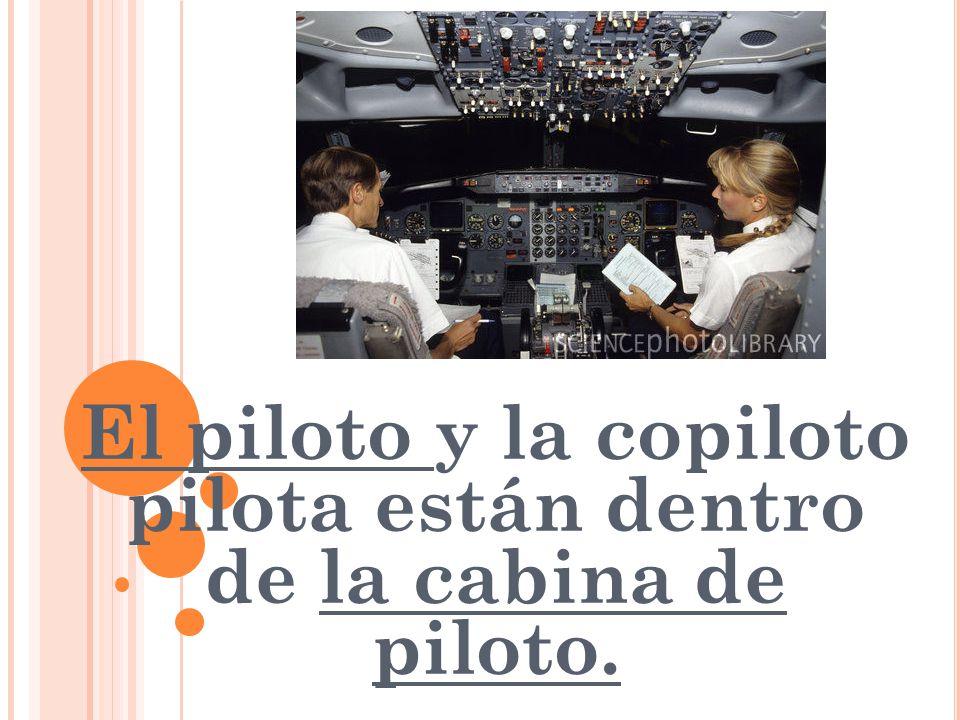 El piloto y la copiloto pilota están dentro de la cabina de piloto.
