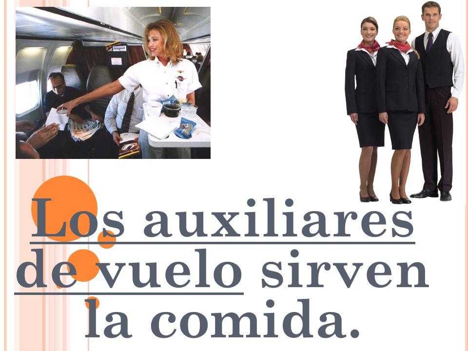 Los auxiliares de vuelo sirven la comida.