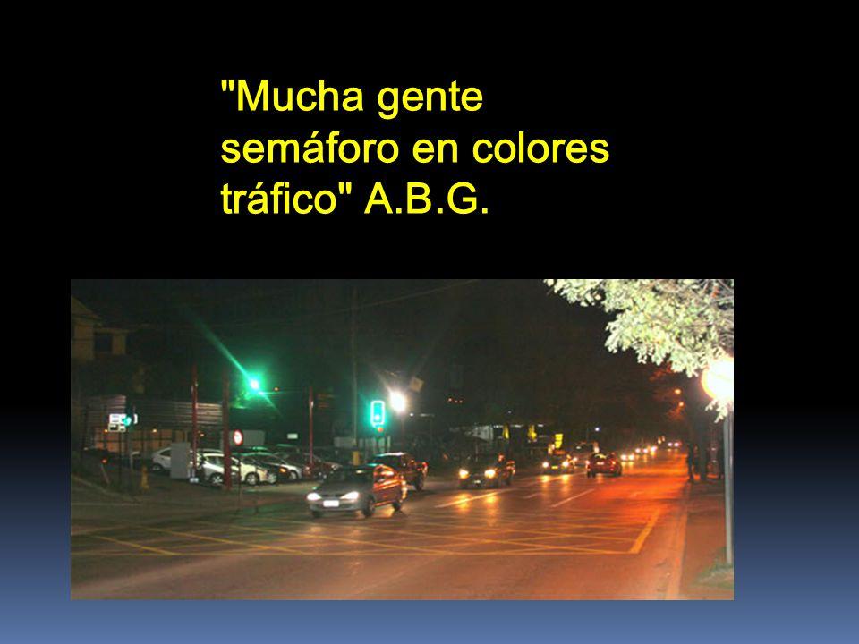 Mucha gente semáforo en colores tráfico A.B.G.