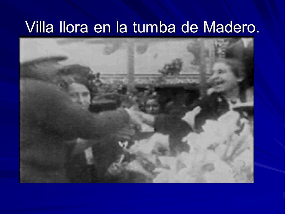 Villa llora en la tumba de Madero.