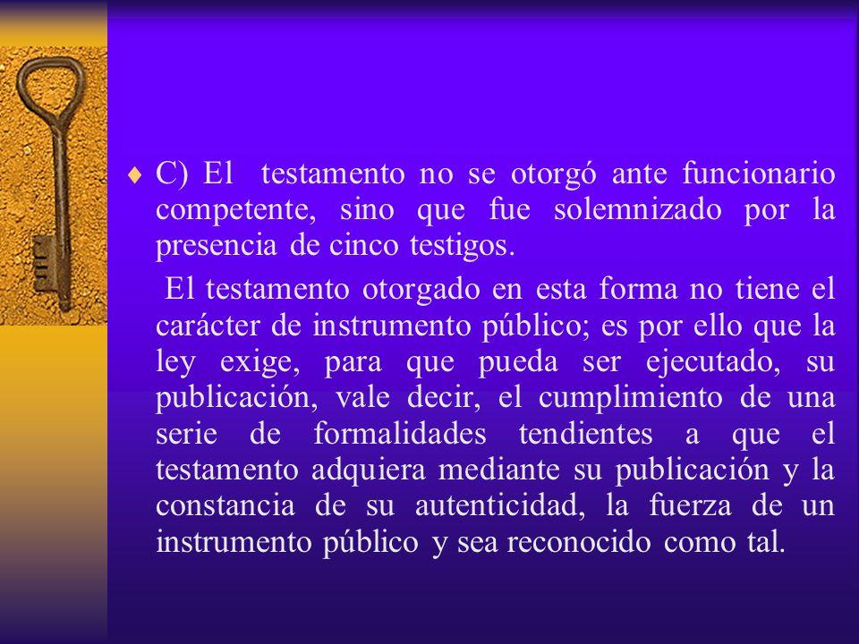 C) El testamento no se otorgó ante funcionario competente, sino que fue solemnizado por la presencia de cinco testigos.