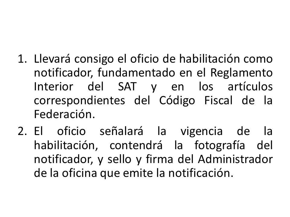 Llevará consigo el oficio de habilitación como notificador, fundamentado en el Reglamento Interior del SAT y en los artículos correspondientes del Código Fiscal de la Federación.