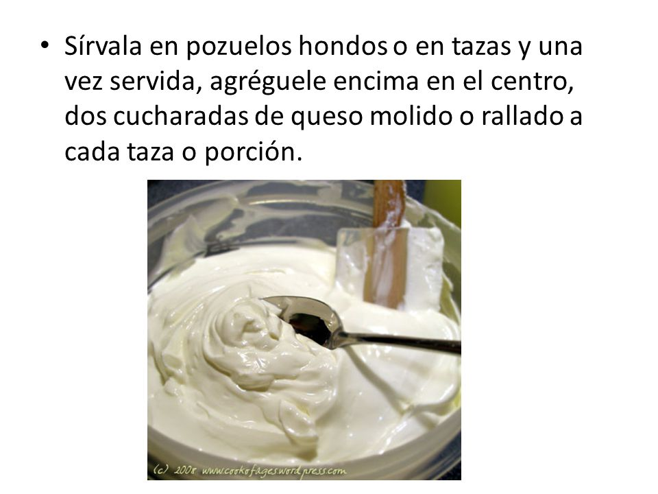 Sírvala en pozuelos hondos o en tazas y una vez servida, agréguele encima en el centro, dos cucharadas de queso molido o rallado a cada taza o porción.