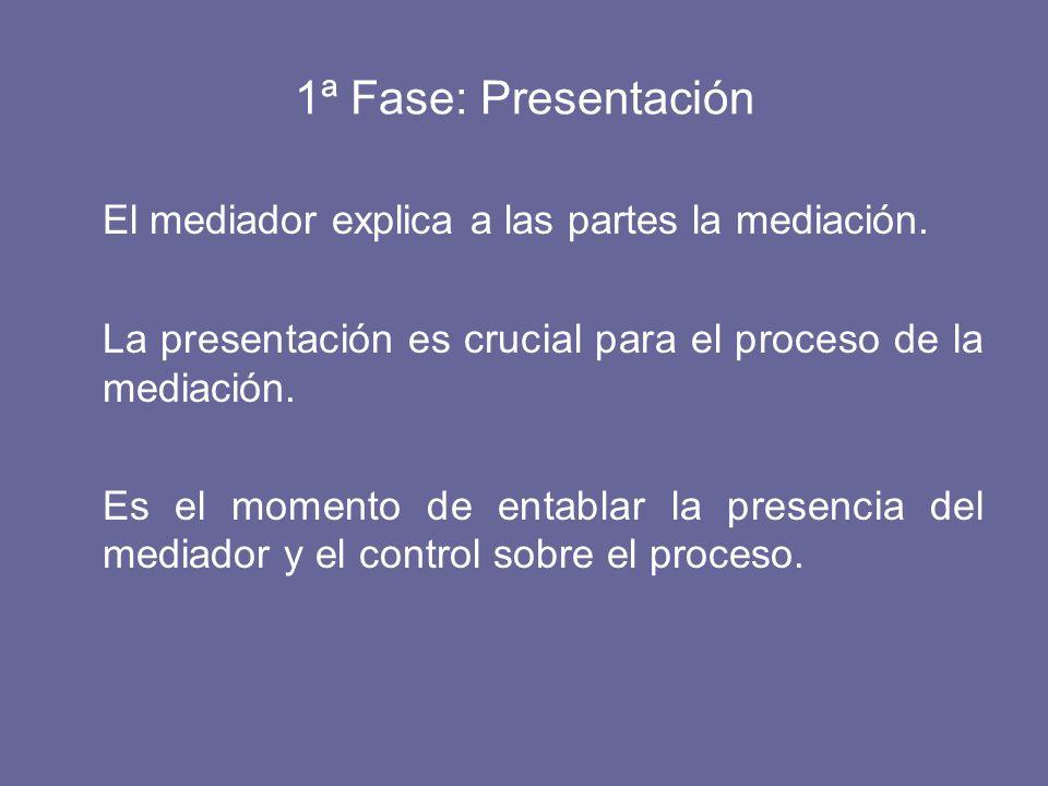 El mediador explica a las partes la mediación.