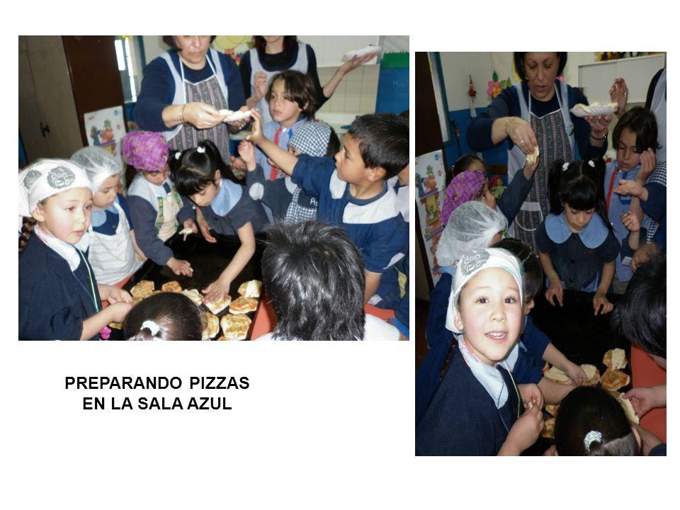 PREPARANDO PIZZAS EN LA SALA AZUL