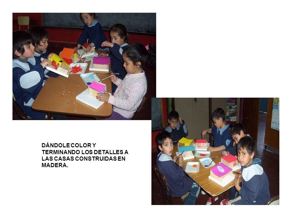 DÁNDOLE COLOR Y TERMINANDO LOS DETALLES A LAS CASAS CONSTRUIDAS EN MADERA.