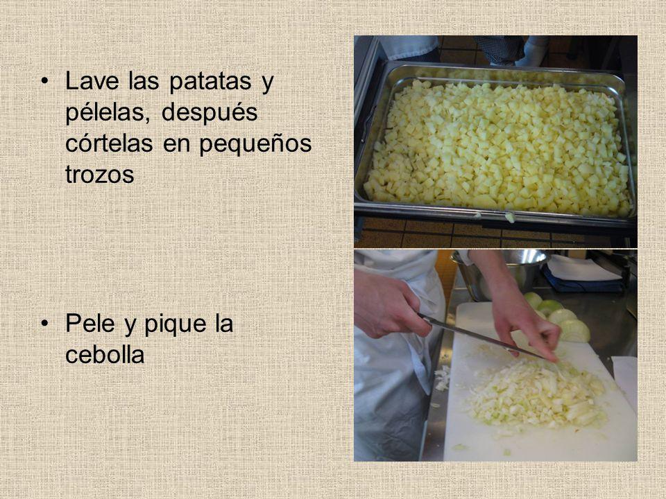 Lave las patatas y pélelas, después córtelas en pequeños trozos