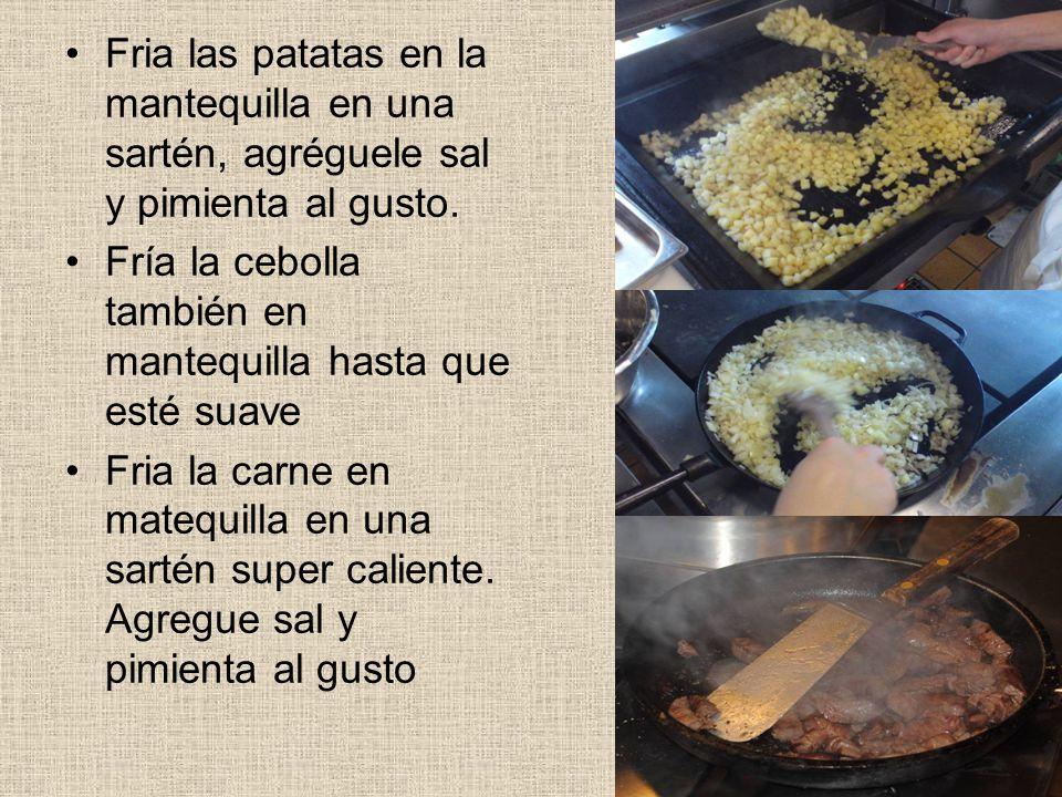 Fria las patatas en la mantequilla en una sartén, agréguele sal y pimienta al gusto.