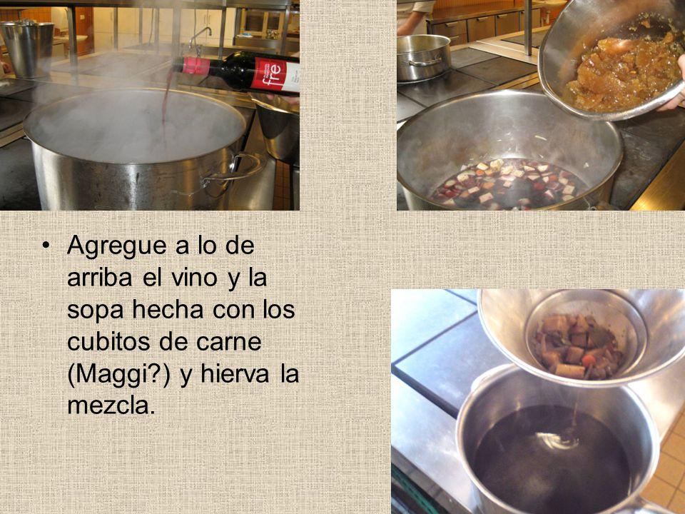 Agregue a lo de arriba el vino y la sopa hecha con los cubitos de carne (Maggi ) y hierva la mezcla.