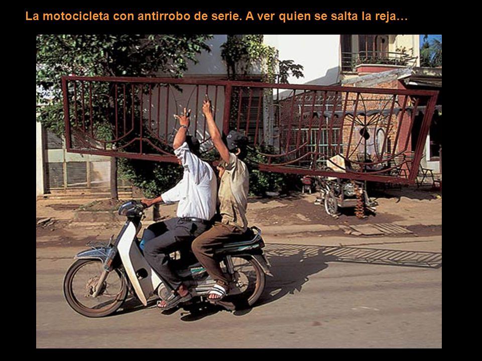 La motocicleta con antirrobo de serie. A ver quien se salta la reja…