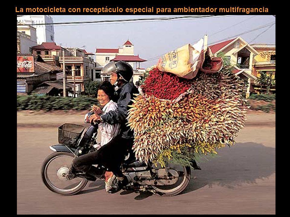 La motocicleta con receptáculo especial para ambientador multifragancia