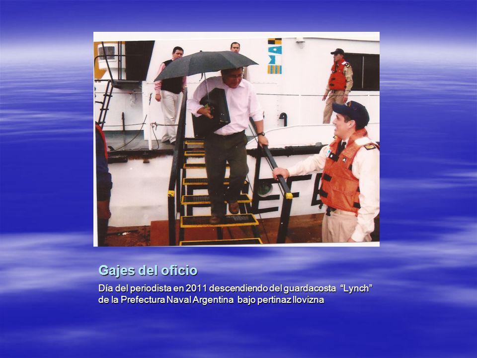 Gajes del oficio Día del periodista en 2011 descendiendo del guardacosta Lynch de la Prefectura Naval Argentina bajo pertinaz llovizna.