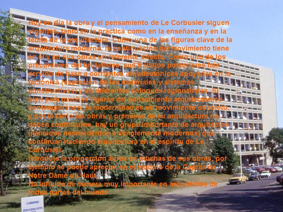 Hoy en día la obra y el pensamiento de Le Corbusier siguen vigentes, tanto en la práctica como en la enseñanza y en la teoría de la arquitectura. Como una de las figuras clave de la arquitectura moderna, la continuación del movimiento tiene en él y en sus obras un referente directo. Como uno de los precursores del brutalismo, sus trabajos posteriores han servido de base a corrientes arquitectónicas apoyadas en la tectónica (expresión de los materiales y sistemas constructivos) y en diferentes enfoques regionalistas. Si bien para muchas figuras del pensamiento arquitectónico contemporáneo, la modernidad es un movimiento obsoleto, y por lo tanto las obras y premisas de su arquitectura no deben continuarse, hay un grupo importante de arquitectos (llamados neomodernos o simplemente modernos) que continúan haciendo arquitectura en el espíritu de Le Corbusier.
