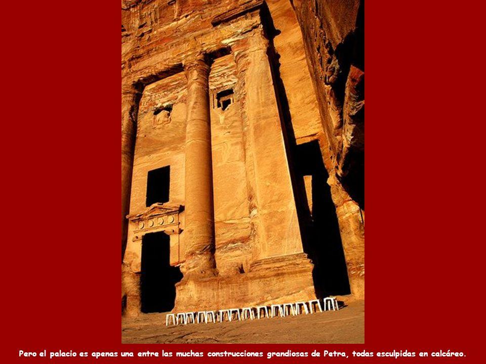 Pero el palacio es apenas una entre las muchas construcciones grandiosas de Petra, todas esculpidas en calcáreo.